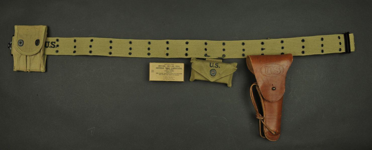 Ceinturon US avec ses accessoires et son holster de Colt 45