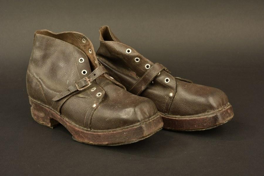 Chaussures à semelles de bois