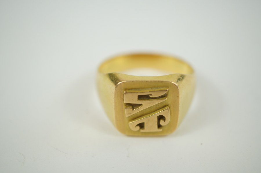 Chevalière en or jaune (750/°°°)