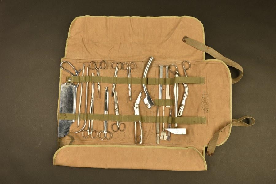Boite d'instruments chirurgicaux pour médecins légistes