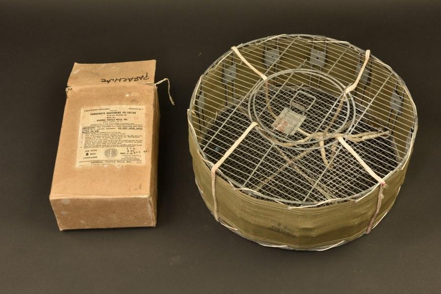 Container parachutable PG-101/CB pour 8 pigeons avec sa voilure dans son carton d'origine