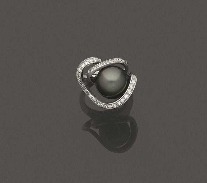 Bague en or gris 750 millièmes ornée au centre d'une perle de culture grise.