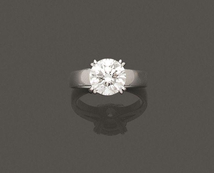 Bague en or gris 750 millièmes ornée au centre d'un diamant rond de taille brillant pesant 2.02 carats.