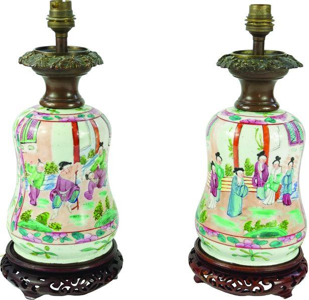Paire de lampes en porcelaine émaillée à décor au chinois de scènes animées.