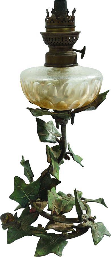 Lampe à pétrole à décor d'enroulements de feuilles de lierre et escargots.