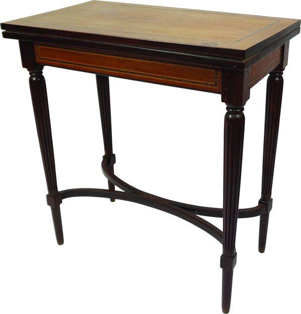 Table portefeuille à plateau et ceintures ornés d'un liseré délicatement marqueté.