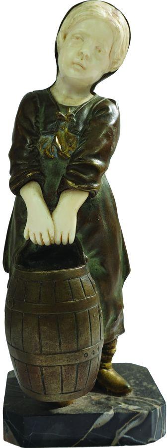 Statuette dite ''chryséléphantine'' de jeune fille au puits.