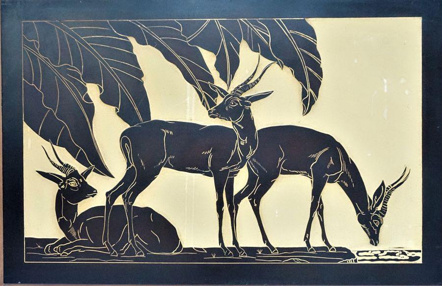 Grand panneau en laque à décors Art déco d'antilopes sous des feuilles de bananier.