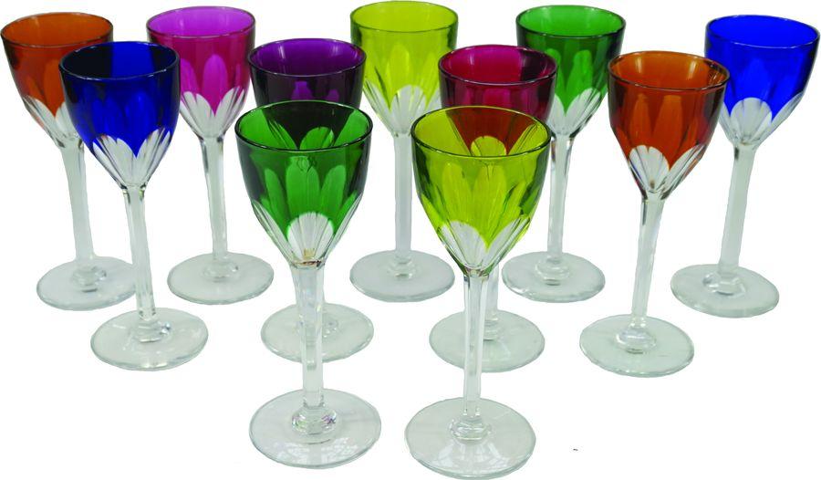 Suite de douze verres à vin du Rhin en cristal multicouche coloré.