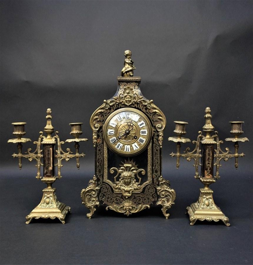 L'ensemble de style Louis XIV à marqueterie dite Boulle, le cadran signé par RAINGO FRÈRES à Paris.  Accidents et manques.