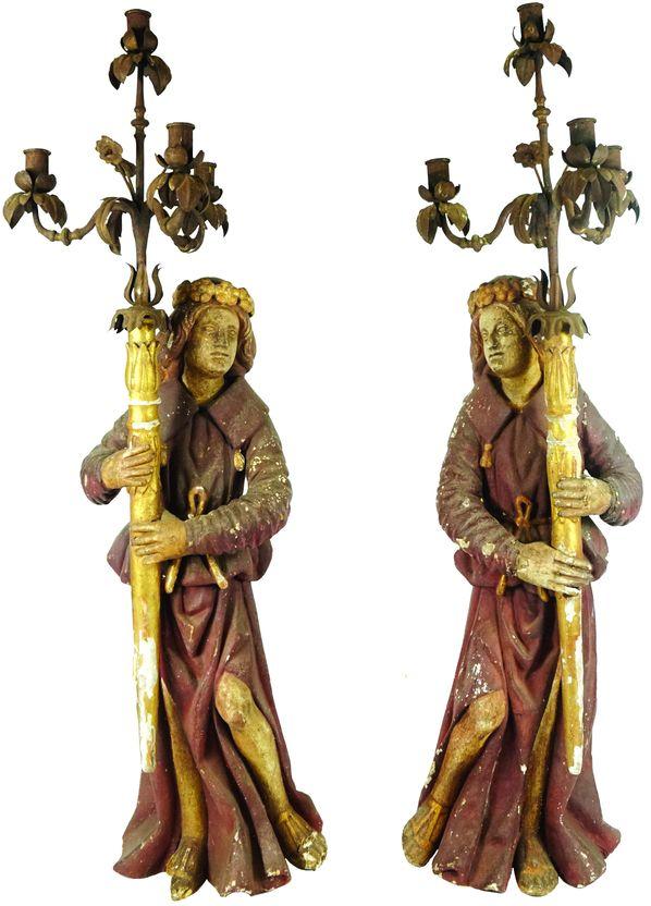 Paire de personnages porte-torchère en bois sculpté.