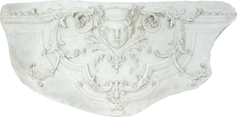 Bas-relief architectural en plâtre de forme hémisphérique.