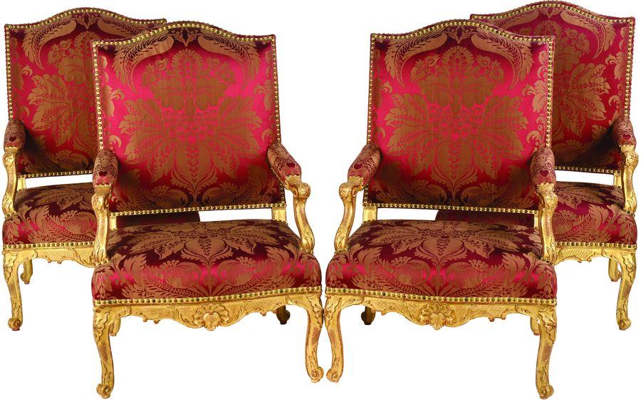 Suite de quatre fauteuils à dossier plat et épaulé.
