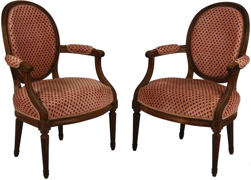 Paire de fauteuils à dossier cabriolet en hêtre mouluré.