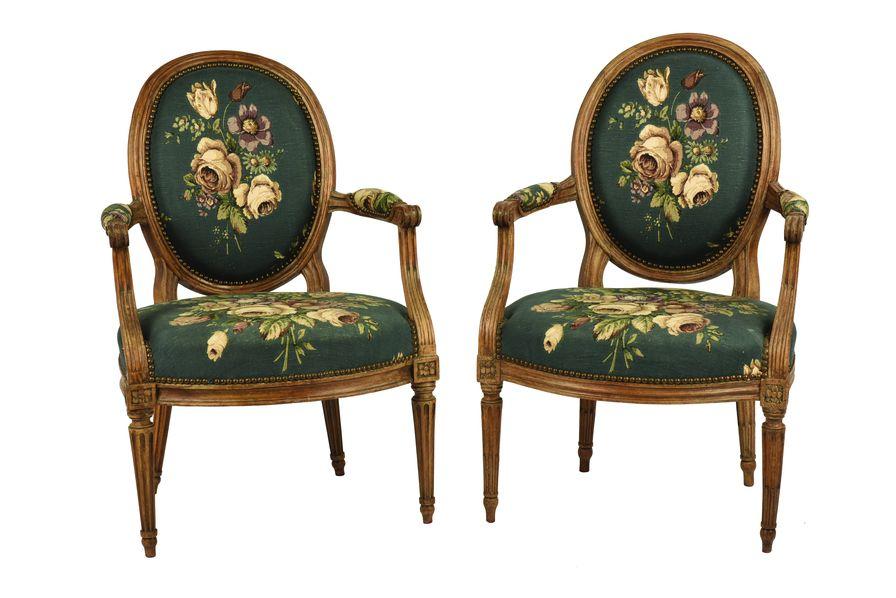 Paire de fauteuils à dossier cabriolet en médaillon en hêtre mouluré.