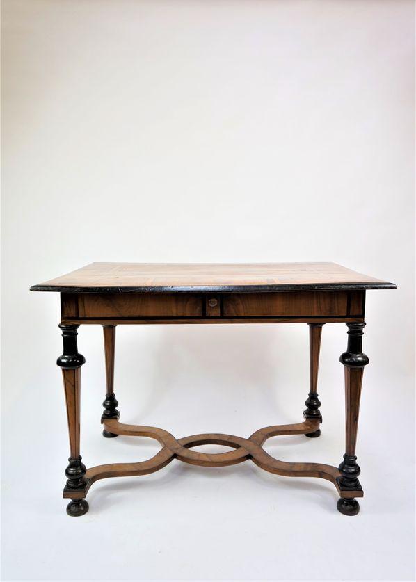 Table en bois de placage marqueté à quatre pieds en gaines reposant sur des demi-sphères.