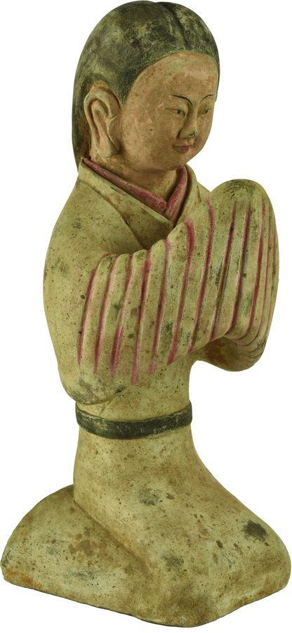 Statue de dame de cour en terre cuite.