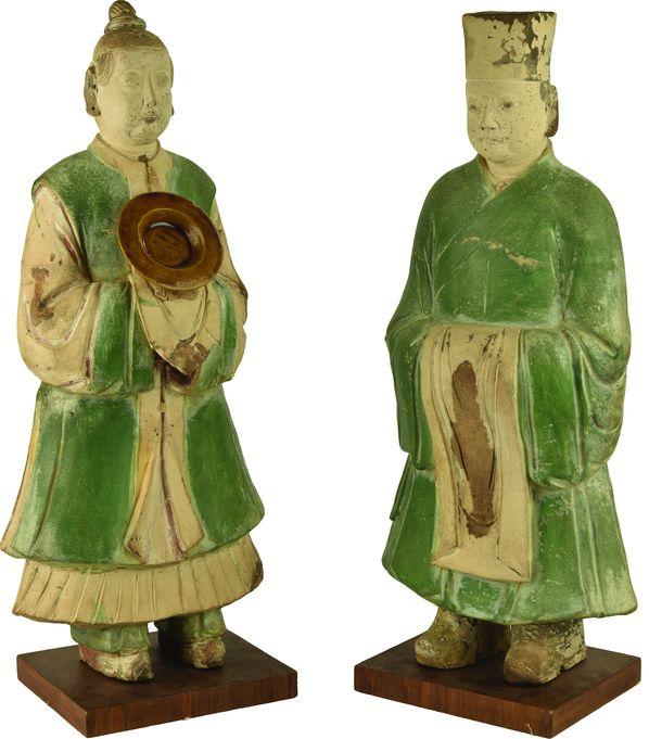 Deux statues de dignitaires en terre cuite émaillée verte et jaune.