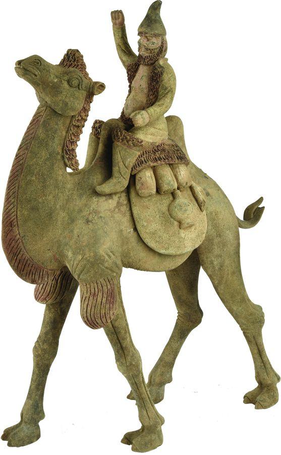 Caravanier sur un chameau en terre cuite grise.