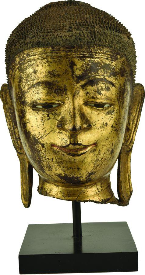 Tête de Bouddha en bois laqué or.