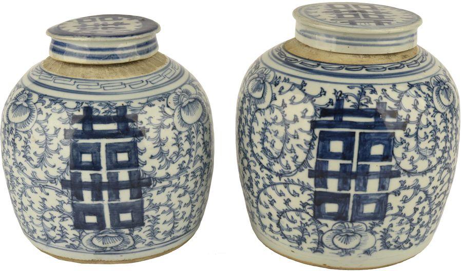 Deux pots couverts en porcelaine bleu blanc.