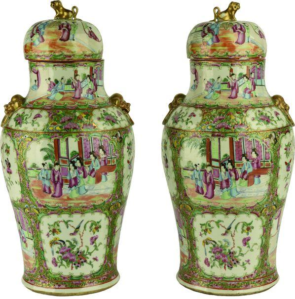Paire de vases couverts en porcelaine de Canton.