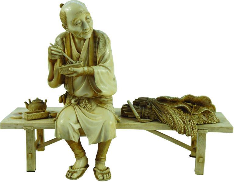 Okimono en ivoire sculpté.