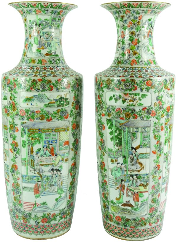 Imposante paire de vases balustre en porcelaine de Canton.