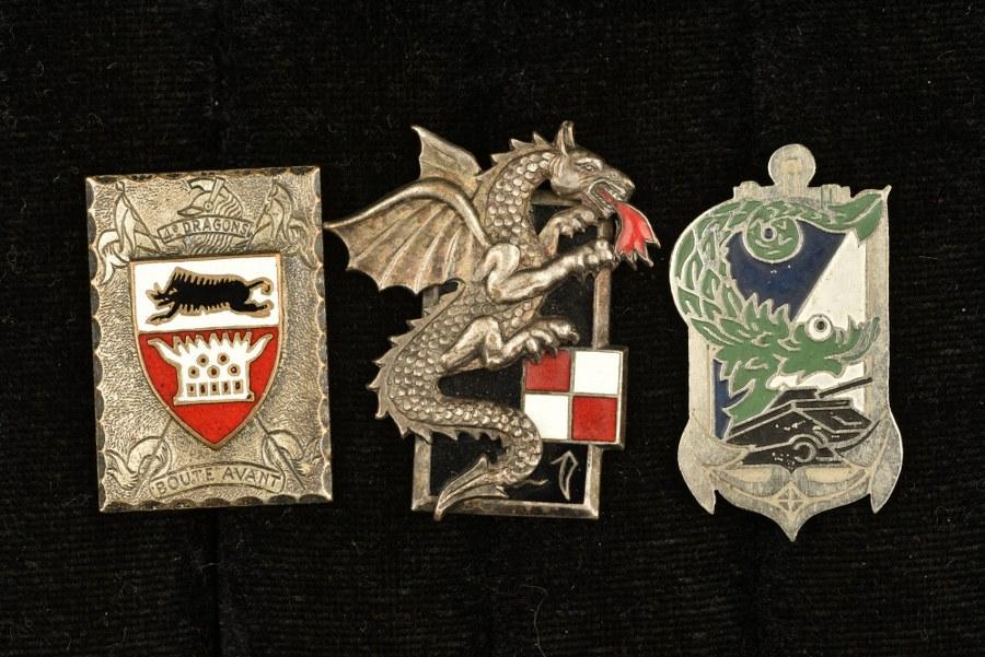 Ensemble d'insignes cavalerie et blindés en Extrême Orient