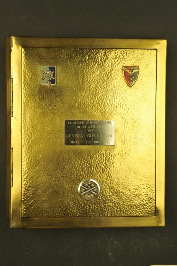Reliure en métal offert au général Lallia contenant des insignes régimentaires