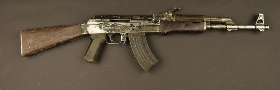 Pistolet mitrailleur AK 47. Catégorie C9