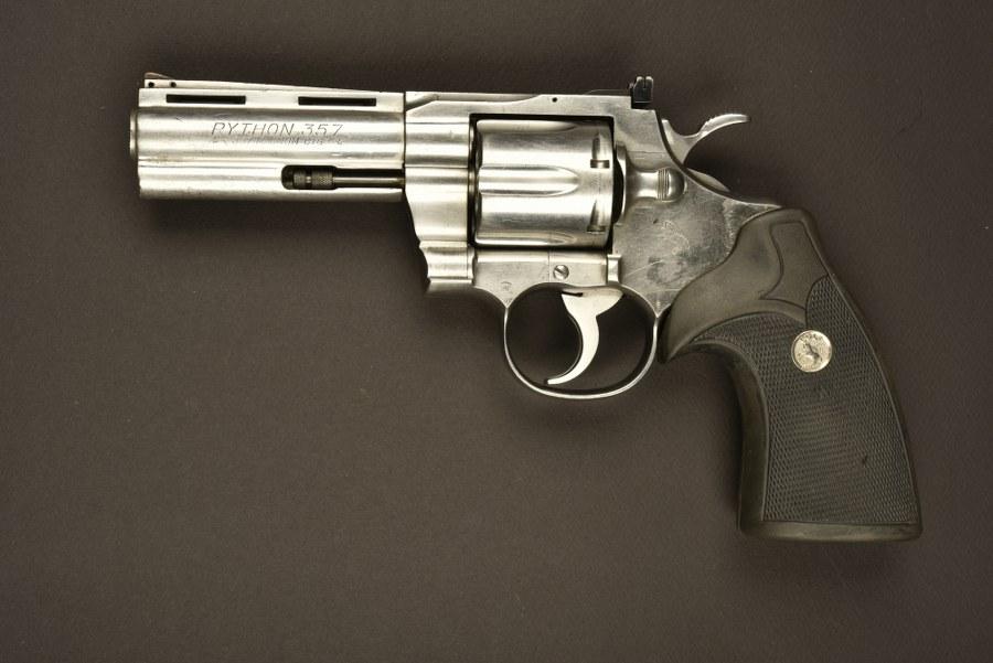 Revolver Python 357 utilisé par Gérard Depardieu dans le film 36 quai des orfèvres. Catégorie C9