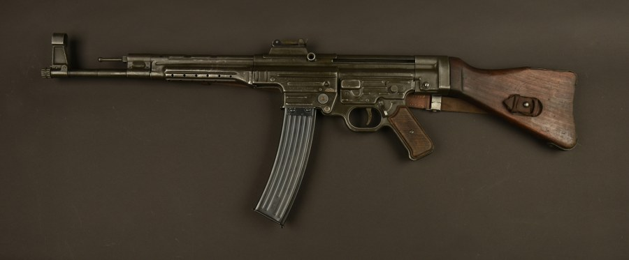 Pistolet mitrailleur MP43 utilisé par Brad Pitt dans le film Fury. Catégorie C9