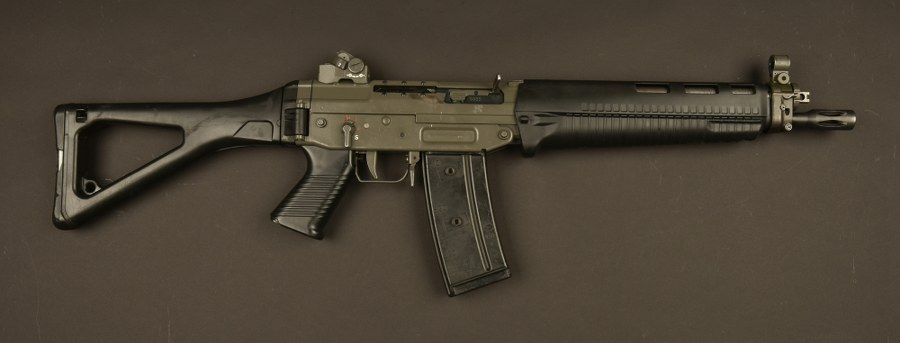 Pistolet mitrailleur SIG utilisé par Robert de Niro dans le film Ronin. Catégorie C9