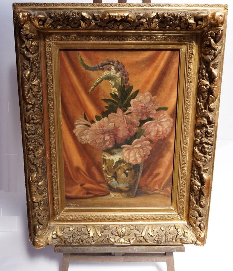Ed. MONOYER (XXe). Bouquet de fleurs. Huile sur toile signé Ed. Monoyez datée 1945. Restaurations. Bel encadrement doré. Quelques manques. Toile : 73 x 54 cm. Cadre : 108 x 84 cm.