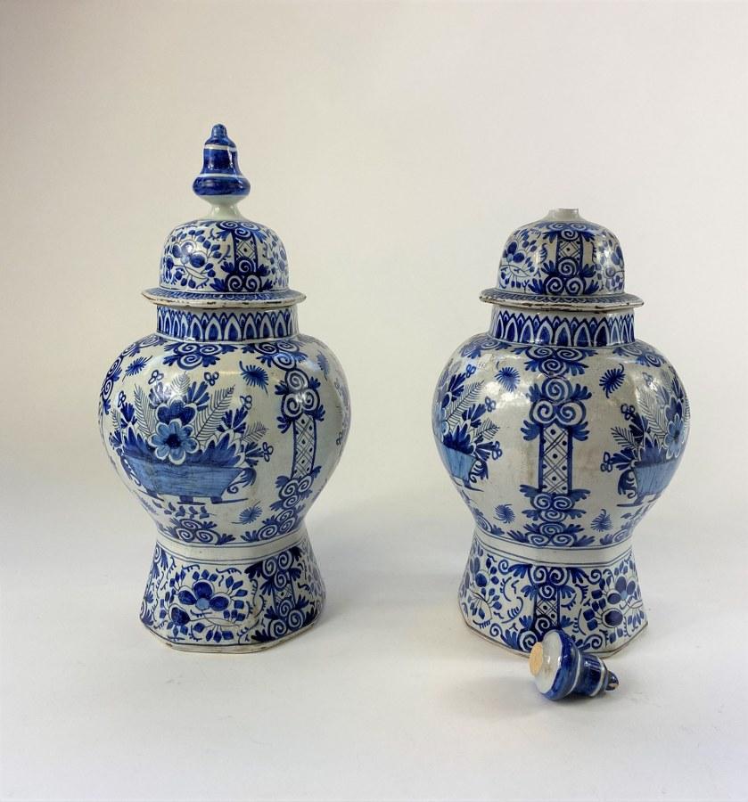 Paire de potiches en faïence de Delft. XIXème siècle. Eclats. Accidents.