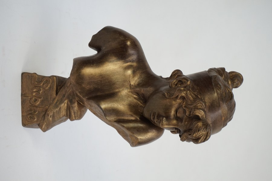 Emmanuel VILLANIS (1858-1914) d'après. Sapho. Buste en régule dorée. Fonte d'édition ultérieure. 32 cm. Accidents.