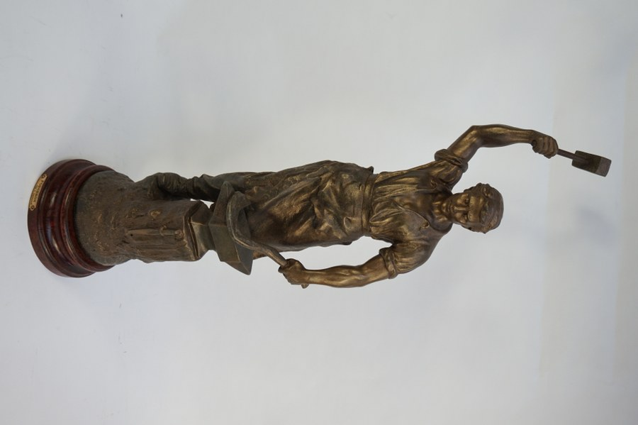 X. RAPHANEL et J BECOX, d'après. Forgeron. Ronde-bosse en régule dorée signée J.BECOX. Fonte d'édition ultérieure. H. : 78 cm. Petit trou.