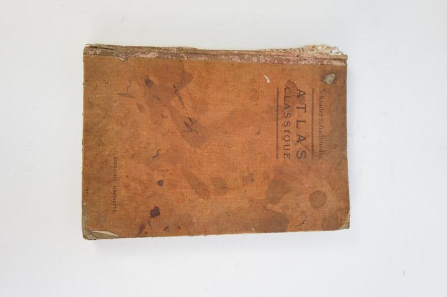 Librairie HACHETTE. SCHRADER & GALLOUÉDEC. Atlas classique. Un volume In-4 en percaline d'origine présentant de multiples cartes en couleurs. Usures et accidents.