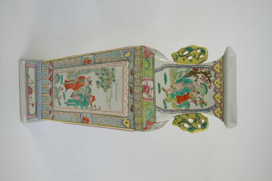 Vase quadrangulaire dans le goût chinois en porcelaine émaillée. Marqué A en rouge sous la base. H. : 42 cm.