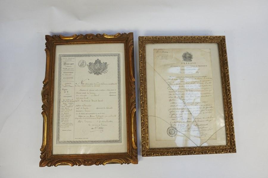 Lot de deux passe-ports de 1830 et 1819 encadrés. Environ 33 x 24 cm et 32 x 21,5 cm.