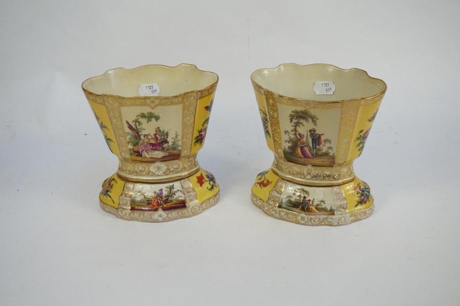 Paire de vases en deux parties Louis Philippe à décor de scène galante en procelaine. H. : 19,5 cm.