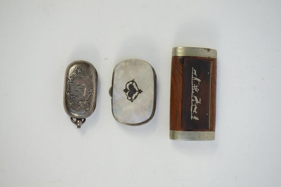 Porte-monnaie en nacre, porte-louis en argent étranger et blague à tabac.