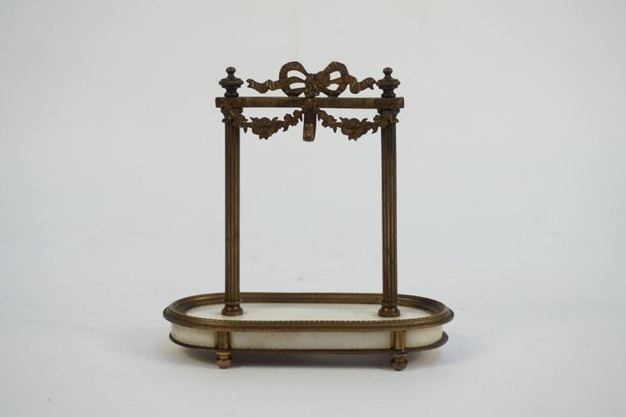 Petit porte-montre en forme de portique de style Néoclassique. H. : 11,5cm.
