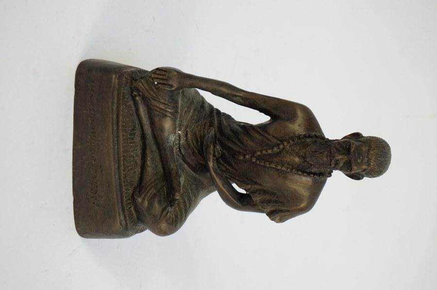 Ronde-bosse d'ascète indien en position de méditation en bronze. Inscription en sanskrit sur le socle. Hauteur: 18,5cm.