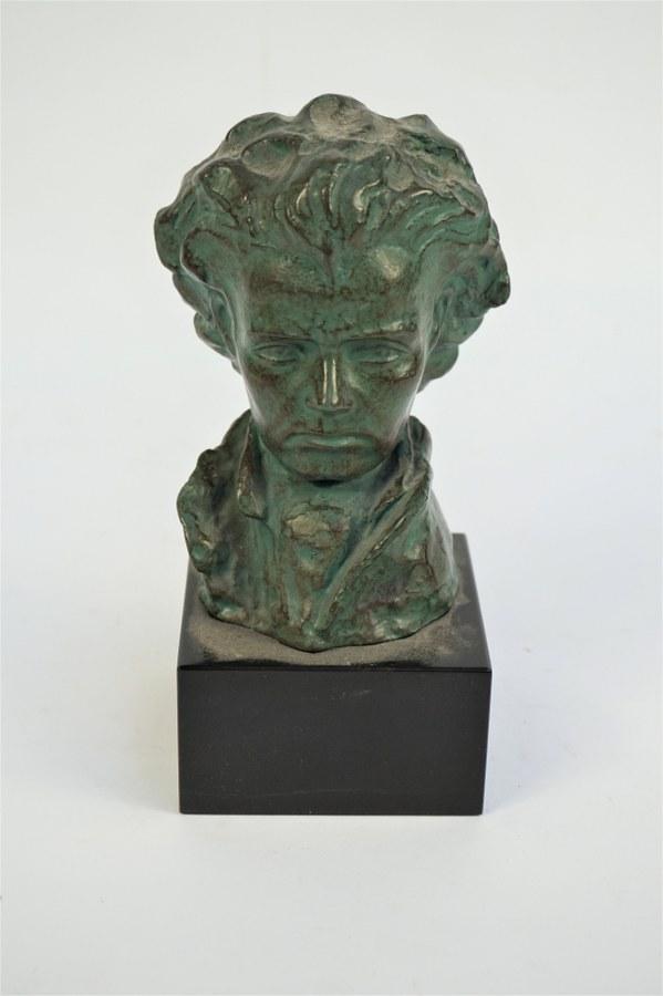 Buste en bronze de Beethoven sur un socle en marbre noir. Porte une marque Chatil. H. : 19 cm.