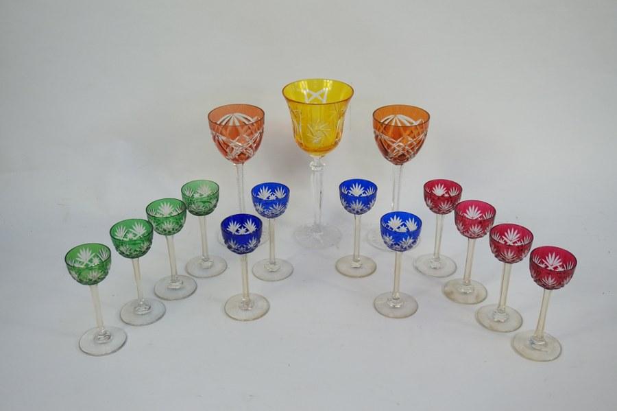 12 petits verres de couleur en cristal coloré multicouches gravé, on y joint 3 verres de couleur en cristal de même type.