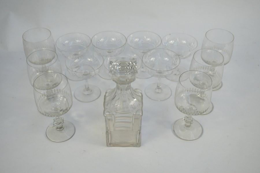 Lot de verres et coupes cristal. ON Y JOINT Une carafe à liqueur.