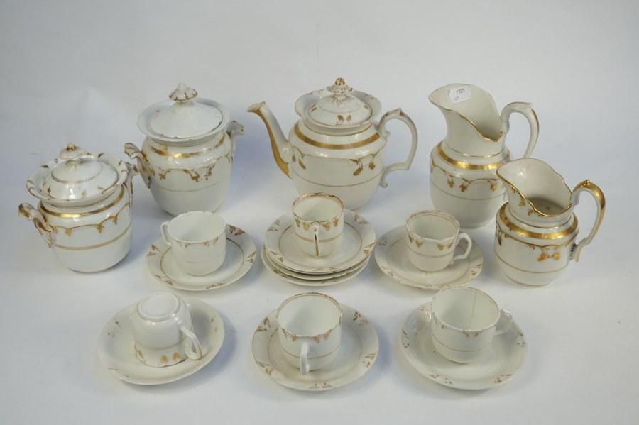 Partie de service à café en porcelaine blanc et or.