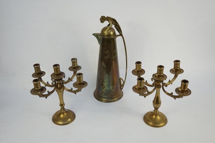 Pichet Art Nouveau à prise en forme de singe et paire de candélabres en laiton.